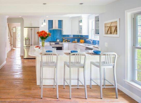 White Shaker Kitchen with Peninsula